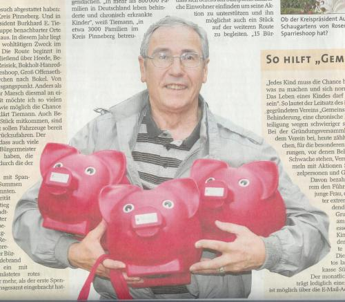 Der Vorsitzende sammelt Sparschweine ein